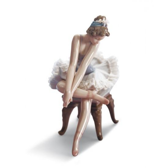 Figura de porcelana Lladró Ballet mirando la zapatilla