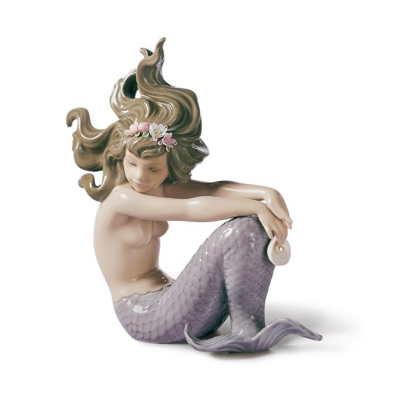 Sirena con brazos en las rodillas