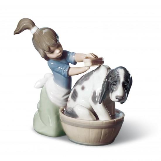 Figura de porcelana de Lladró Lavando al perro