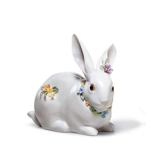 Figura de porcelana de Lladró  Conejito Atento con Flores