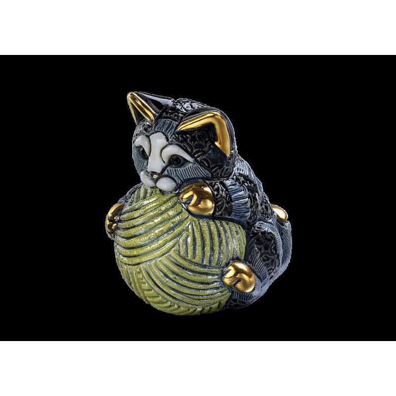 Figura de cerámica de un gato pequeño con una pelota
