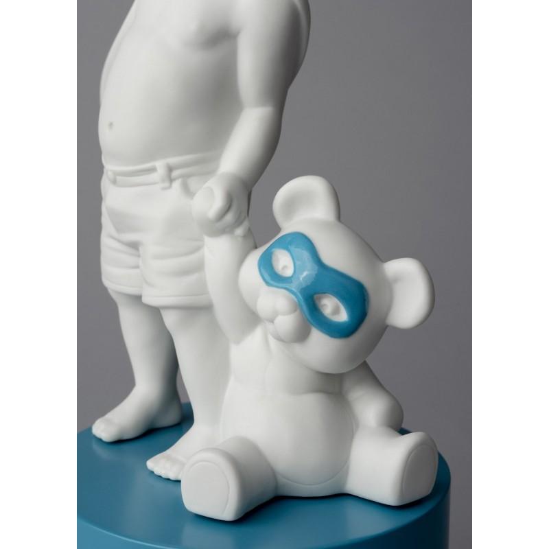 Figura de porcelana Lladró Bebé superheroe con osito de peluche_detalle